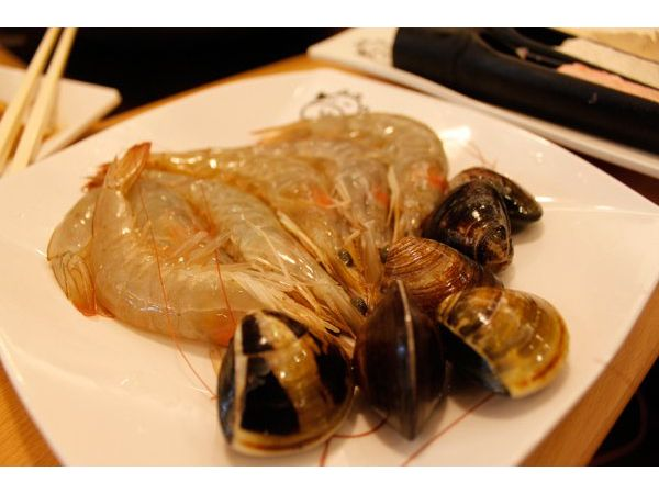 新鮮的蝦子與蛤蠣